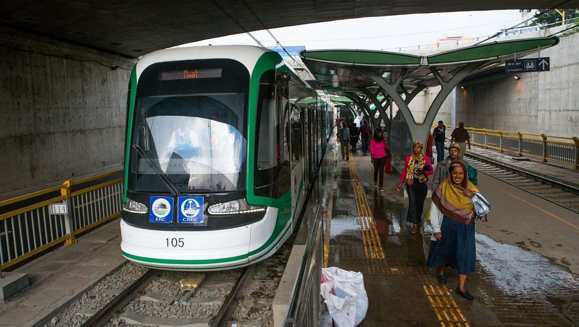 Etiopskie linie kolejowe budują Chińczycy. Na zdjęciu przystanek kolejowy w Addis Abebie