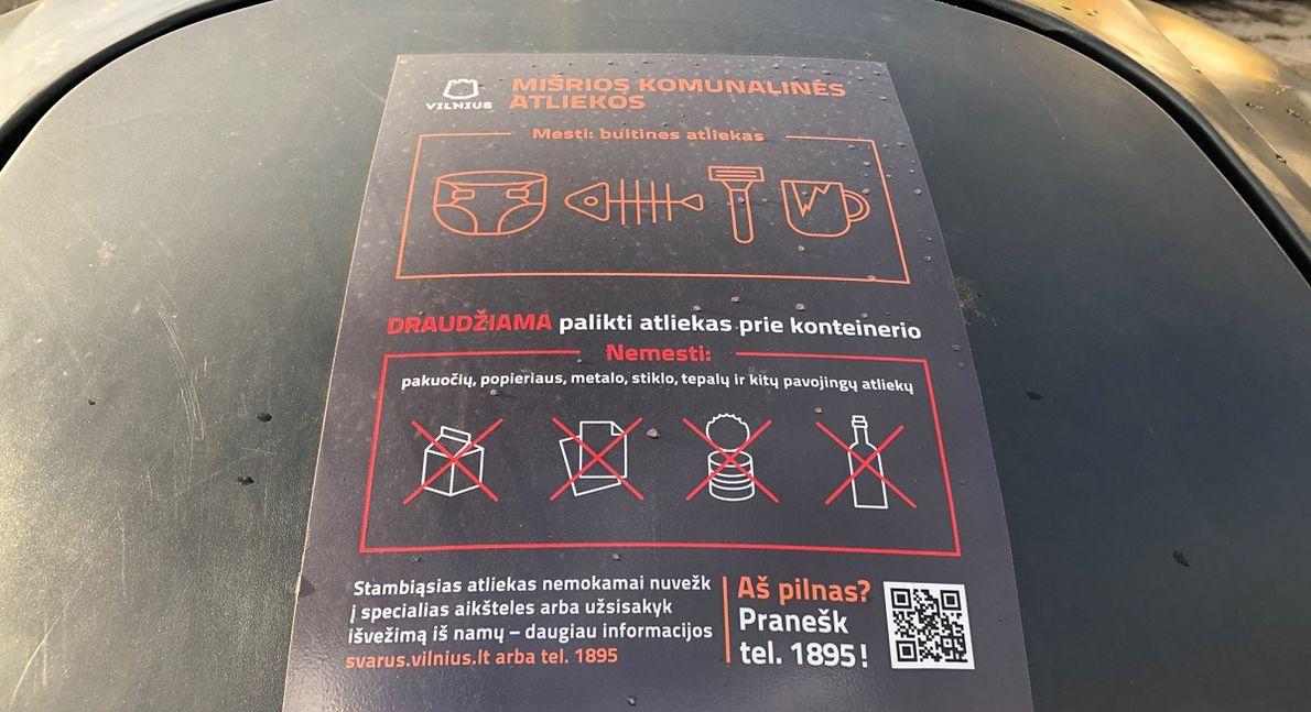Kosze na odpady opatrzone są prostymi instrukcjami - co do którego wrzucać