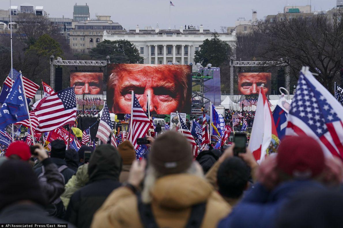 Demonstracja pod Białym Domem 6 stycznia 2020 r. Wieczorem protestujący wdarli się do amerykańskiego Kapitolu