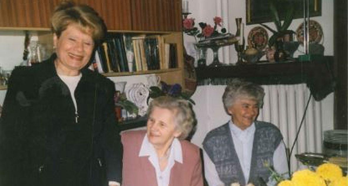 O tym, kto ją ocalił, Sabina Heller (nazwisko panieńskie Kagan) dowiedziała się kilkadziesiąt lat po wojnie. Sabina (pierwsza z lewej), mieszkająca obecnie w okolicach Los Angeles spotkała się z Zofią Hołub (pośrodku) w Warszawie w lipcu 2000 roku