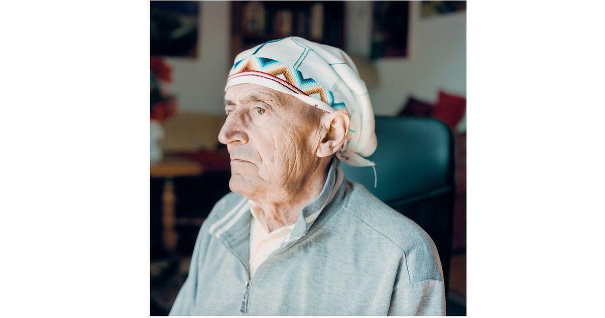 """Kluz-Knopek: """"Tata by mężczyzną o wyglądzie Indianina: piwne, głęboko osadzone oczy, zakrzywiony nos, długie, czarne włosy i te plecy przypominające bochenki chleba. (...) Utrata włosów spowodowana skutkami chemioterapii nie była więc dla niego wyłącznie zmianą w wyglądzie, lecz miała charakter utraty fragmentu tożsamości. To dlatego głównym motywem chustki są pióra z pióropusza. (...) Ubrałam mu ją na głowę po śmierci podczas przygotowywania i mycia ciała (warto zawiązać chustę na szczęce, zanim ciało zastygnie, by ta nie opadła, by buzia nie była otwarta). Chustka została z nim skremowana"""""""