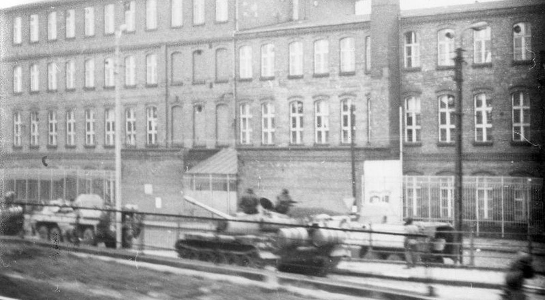 Czołgi i transportery opancerzone przed Stocznią Gdańską. 15 lub 16 grudnia 1970 roku