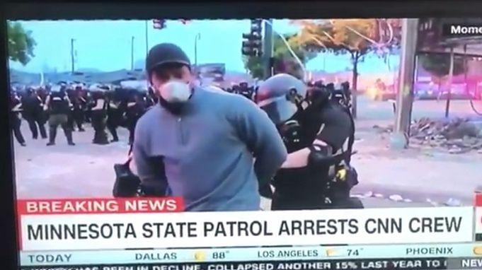 Minneapolis. Reporter CNN Omar Jimenez skuwany przez lokalną policję w czasie telewizyjnego wejścia na żywo