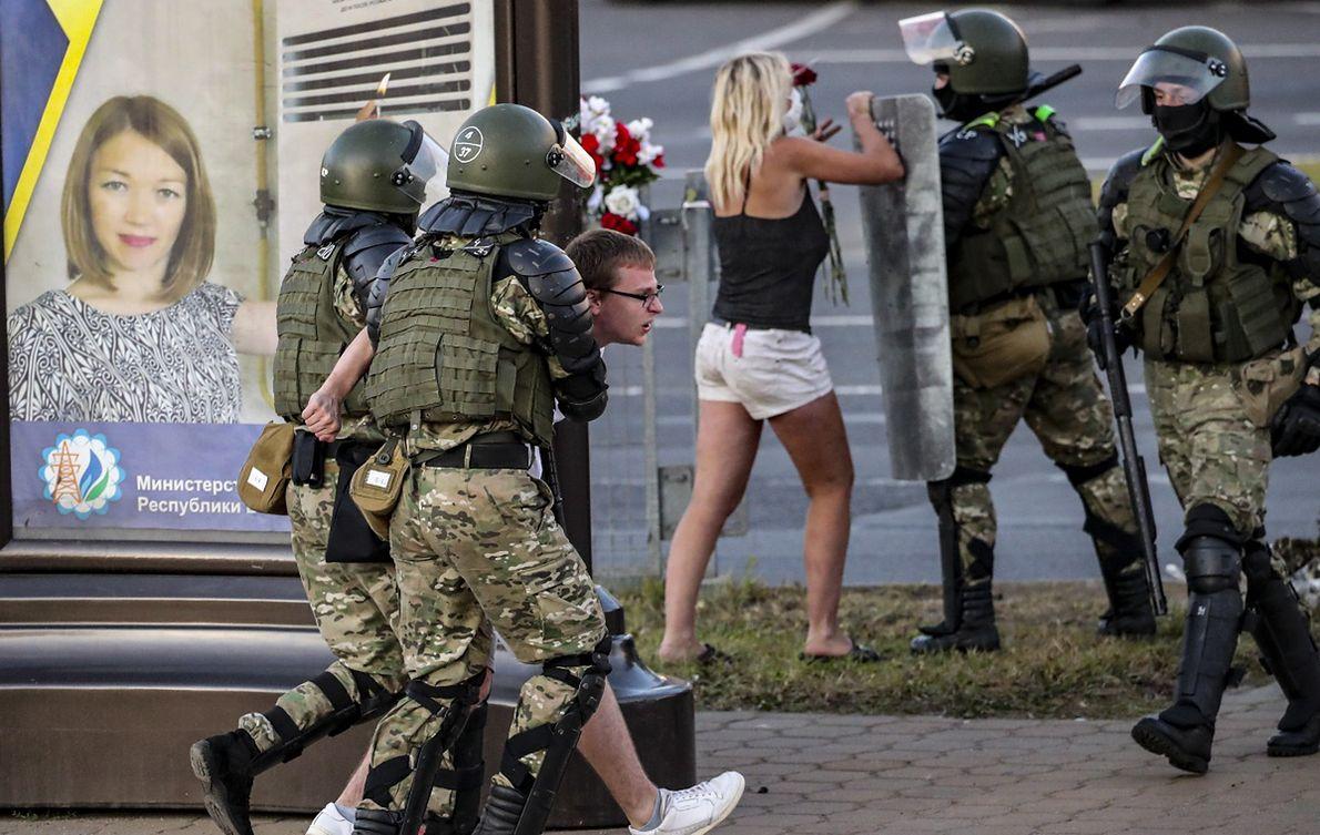 Białoruskie służby zatrzymują protestujących podczas demonstracji przeciwko Łukaszence