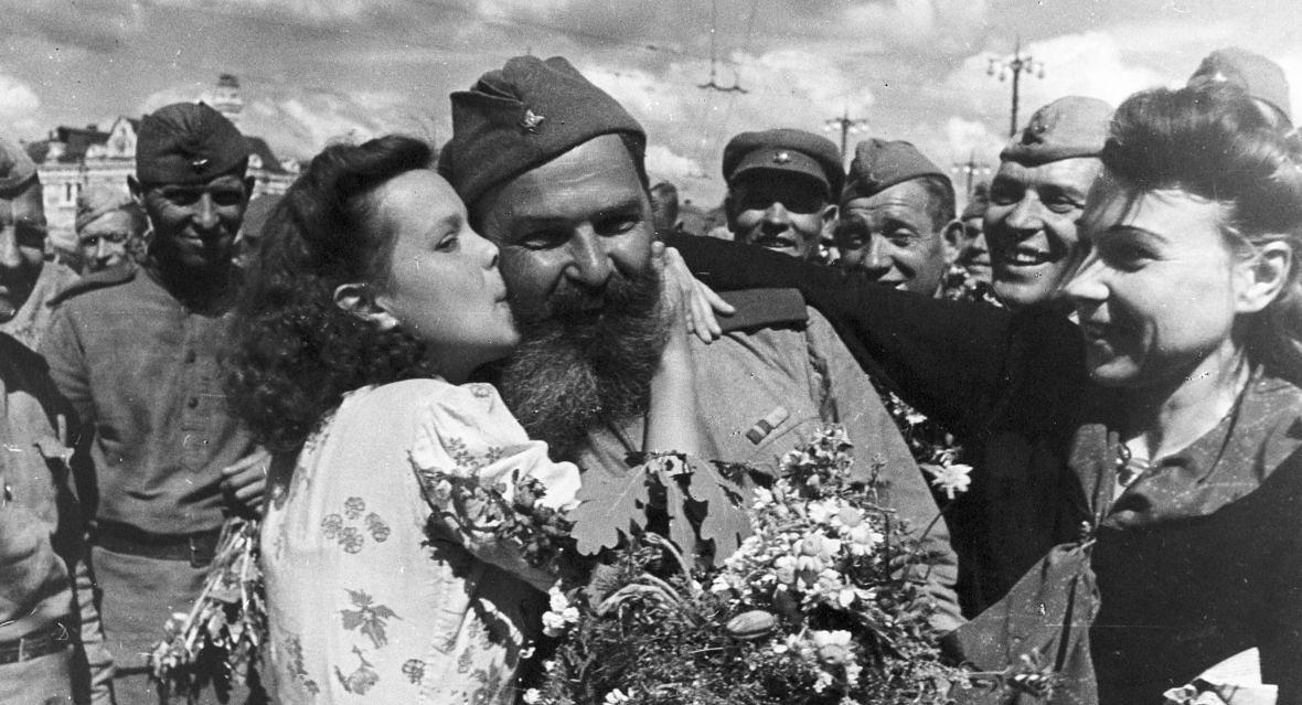 """Czerwonoarmiści wracają do ojczyzny. Nie wiadomo czy Rosjanki wiedziały o manifeście Erenburga: """"Złamcie za pomocą gwałtu zarozumiałość rasową germańskich kobiet"""""""