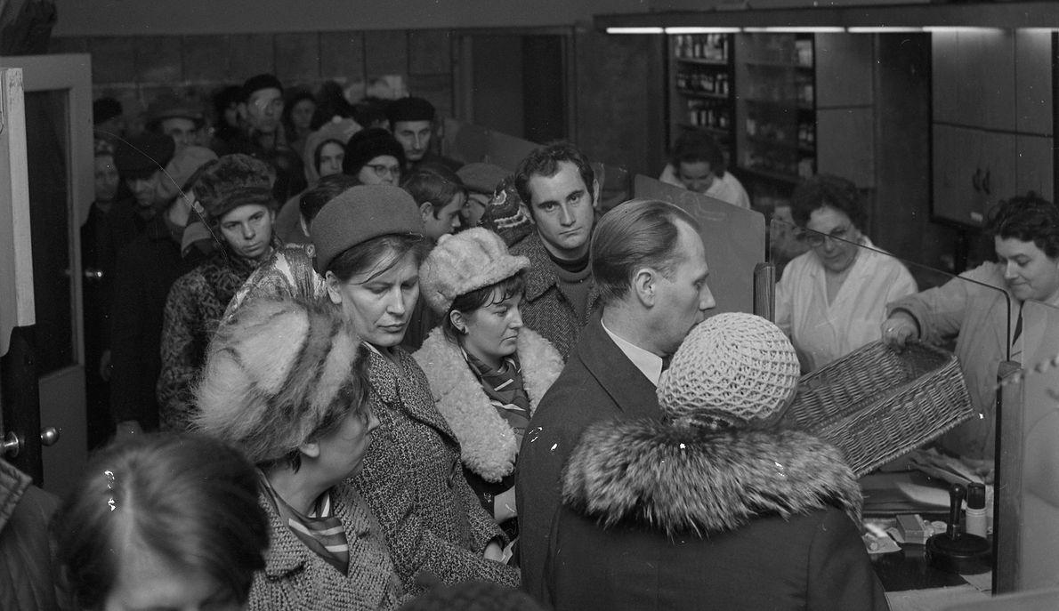 Ludzie w kolejce po lekarstwa w warszawskiej aptece podczas epidemii grypy Hong-Kong w 1971 r.