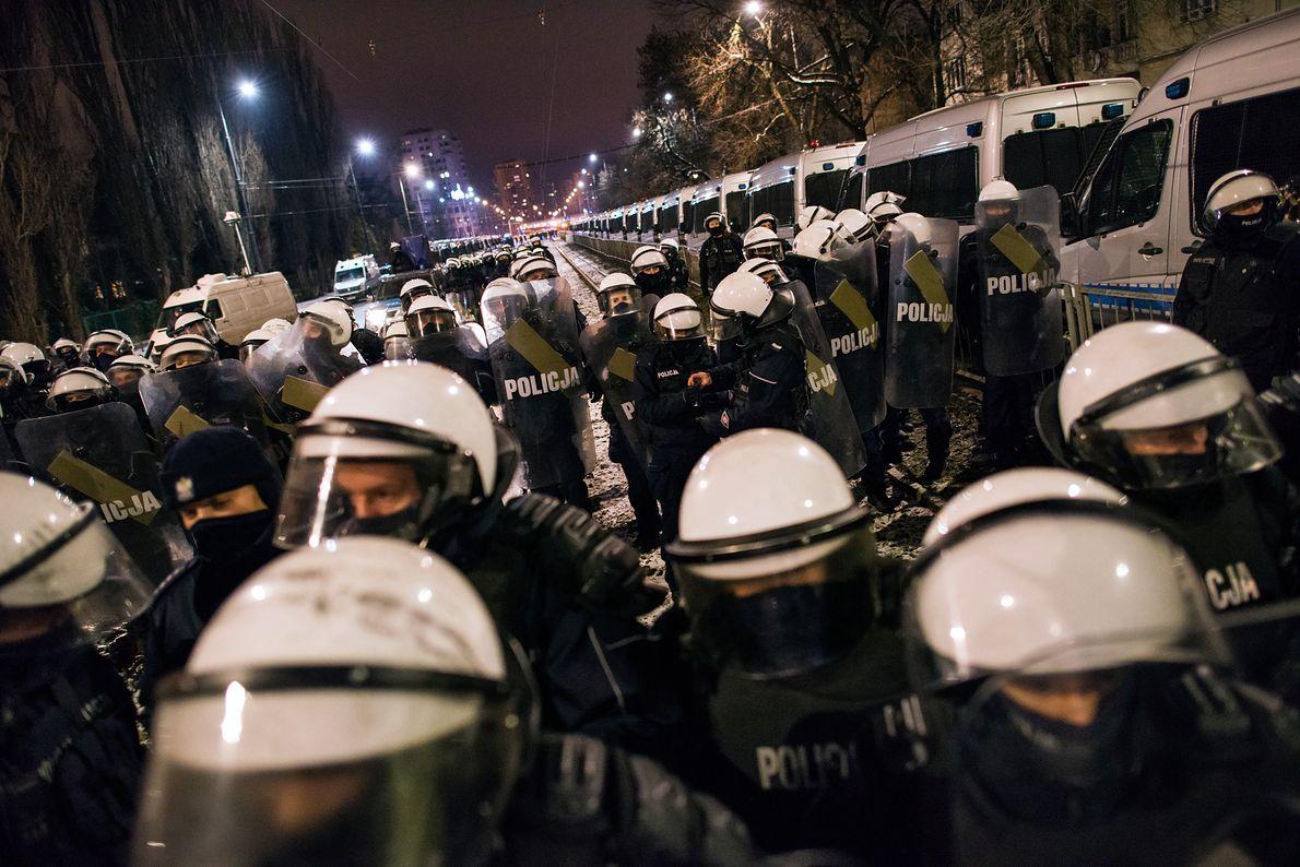 30 stycznia 2021 r. Setki policjantów ochraniają przed protestami Strajku Kobiet dom Jarosława Kaczyńskiego na warszawskim Żoliborzu
