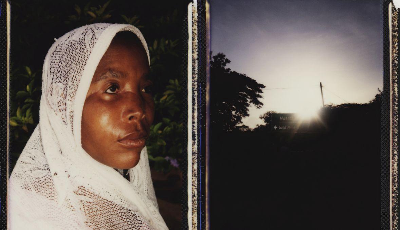 Na początku 2015 roku do domu Ester Jonas przyszło pięciu mężczyzn. Dobrze wiedzieli, że jest mamą chłopca z albinizmem. Maczetą zadali kilka ciosów, a gdy kobieta straciła przytomność, zabrali jej syna. Ręce i nogi osiemnastomiesięcznego Yohana odcinano, gdy chłopiec jeszcze żył. Oficjalnie to właśnie on jest ostatnią osobą, która w Tanzanii poniosła śmierć w wyniku wierzeń w magiczną moc ciał albinosów