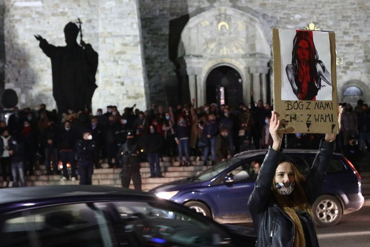 27.10.2020 r. Limanowa. Protest kobiet przeciwko wyrokowi Trybunału Konstytucyjnego w sprawie aborcji i kontrmanifestacja Młodzieży Wszechpolskiej broniącej Bazyliki Matki Boskiej Bolesnej