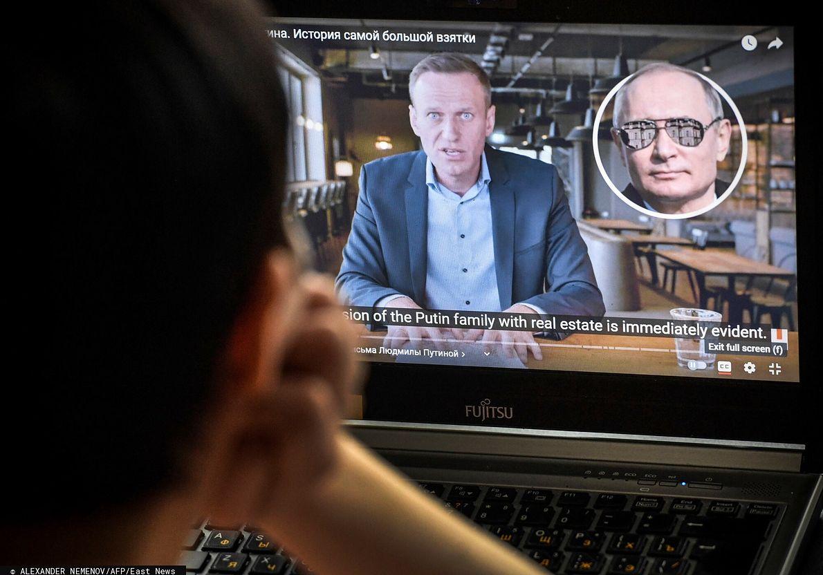 Kobieta ogląda opublikowany przez Aleksieja Nawalnego film o posiadłości Putina nad Morzem Czarnym