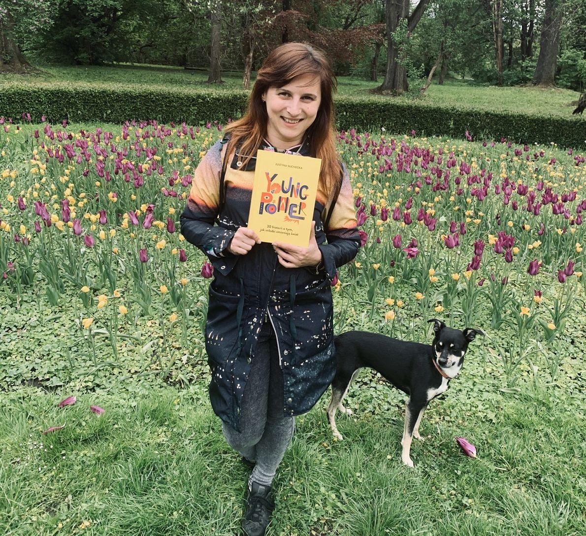 """Justyna Suchecka z egzemplarzem książki """"Young Power"""""""