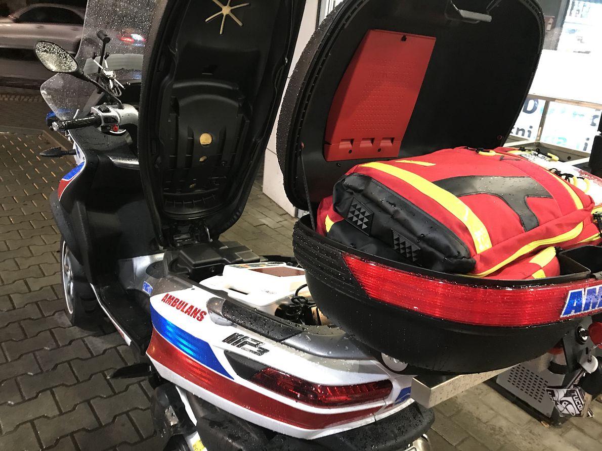 W swoim skuterze Borkowski wozi profesjonalny sprzęt ratowniczy