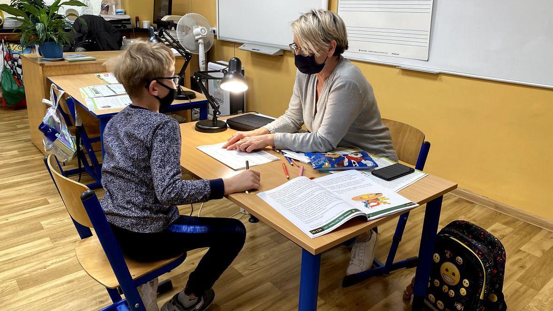 """Agnieszka Blaszyńska, nauczycielka klas 1-3 podczas zajęć z Kacprem: """"Pandemia to wywrócenie naszego świata do góry nogami. Pojedyncze dzieci przychodzą do szkoły, zwłaszcza te, które nie radzą sobie przy komputerze, ale co z resztą? Jak nauczyć niewidomego Braille'a zdalnie? Przecież to oksymoron"""""""