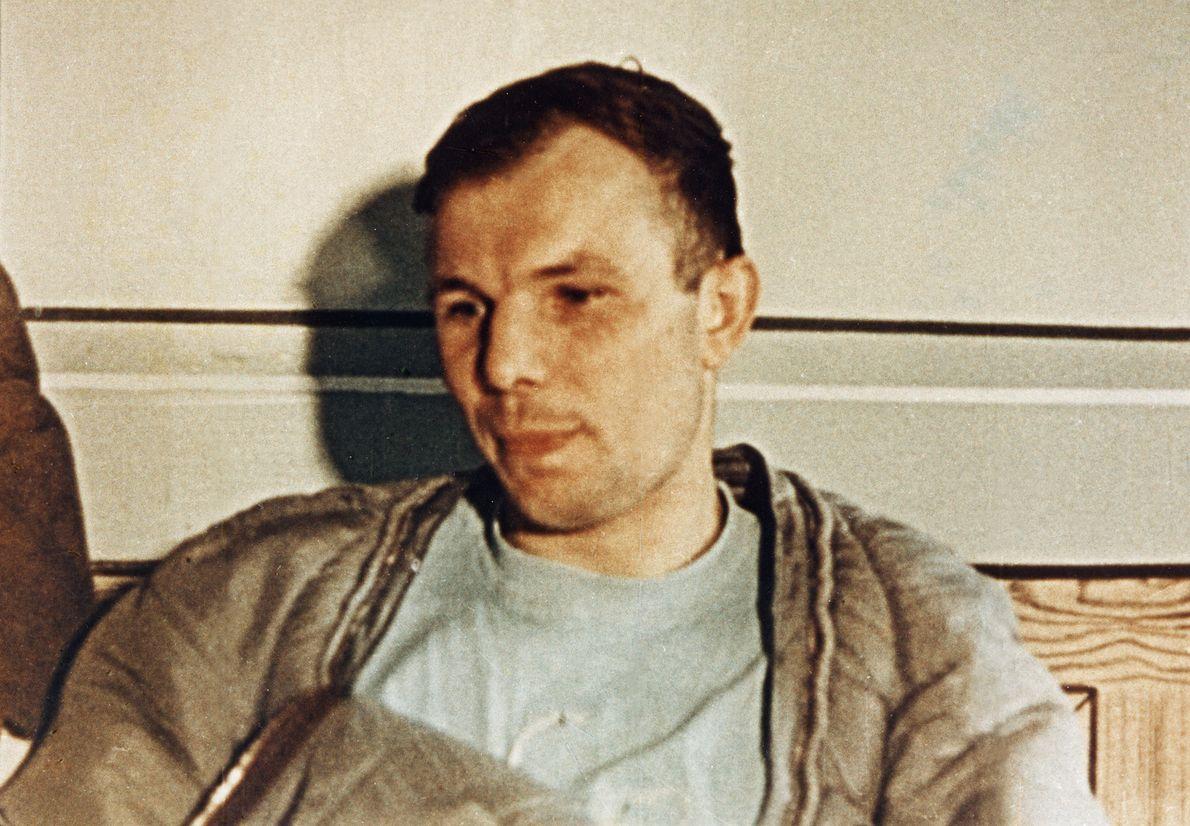 Zmęczony Jurij Gagarin po swoim historycznym locie, 12 kwietnia 1961 r. Dwa dni później, promiennie uśmiechnięty, będzie rozdawał autografy na Placu Czerwonym w Moskwie