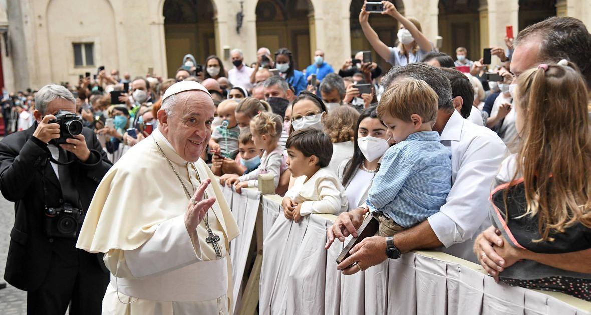 """""""Choć papież Franciszek dużo mówi o decentralizacji, to w praktyce chętnie steruje wszystkim ręcznie, a nie da się samodzielnie kierować instytucją, do której należy 1,5 miliarda osób"""""""