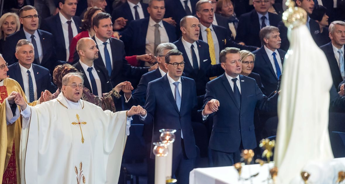 """""""PiS utrzymuje parasol ochronny nad Kościołem i - w tej kwestii nie różni się od poprzednich ekip - przekazuje ogromne środki na różne kościelne cele. Różnica polega na tym, że PiS sypie instytucjom kościelnym więcej"""""""