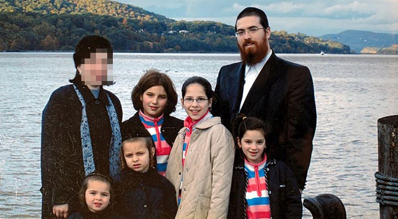 Shulem Deena z żoną (z lewej) i dziećmi. Jesień 2006 roku