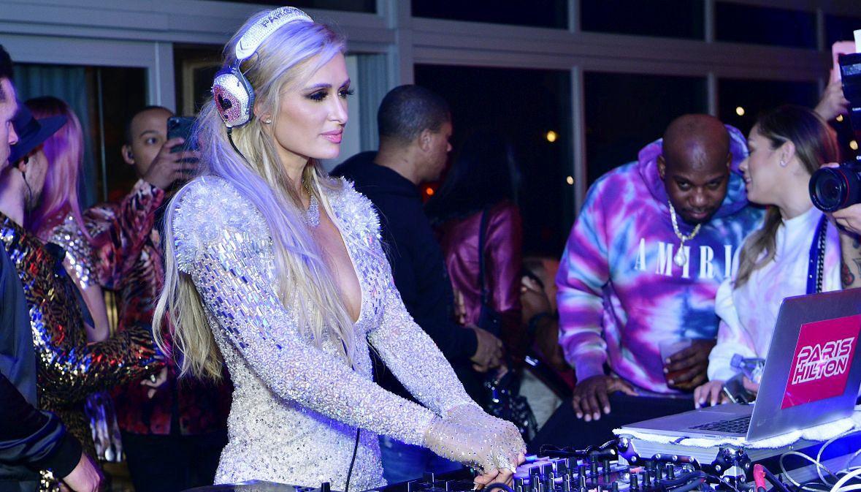 Paris Hilton w roli DJ-ki. Miami, 2 lutego 2020 roku