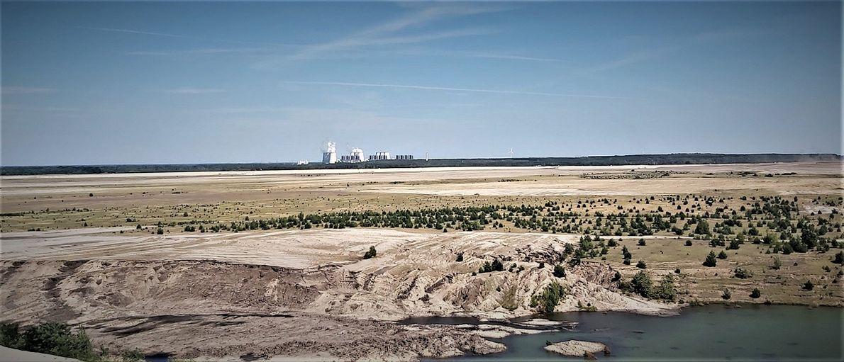 Nieczynna odkrywka Cottbus Nord, w tle elektrownia w Jaenschwalde