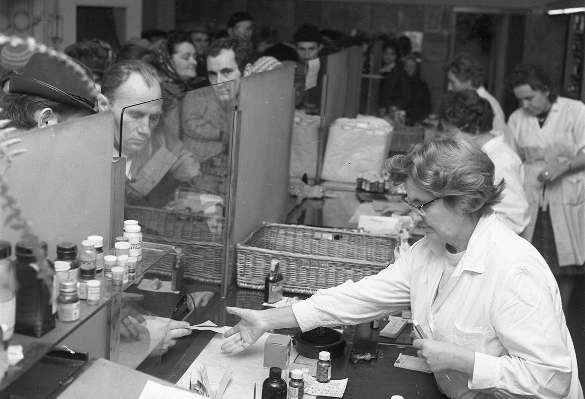 Warszawa 11.1971 r. Epidemia grypy. Kolejka po lekarstwa w jednej z warszawskich aptek