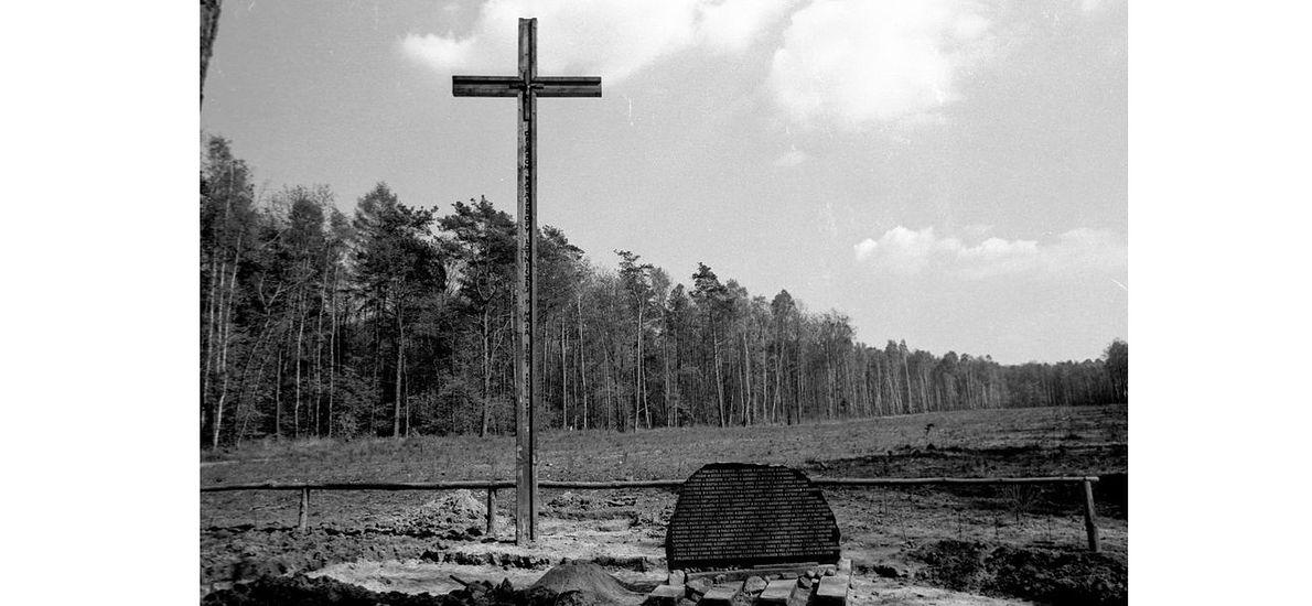 W miejscu katastrofy stanął krzyż i tablica pamiątkowa. Stan na 24 kwietnia 1989 roku