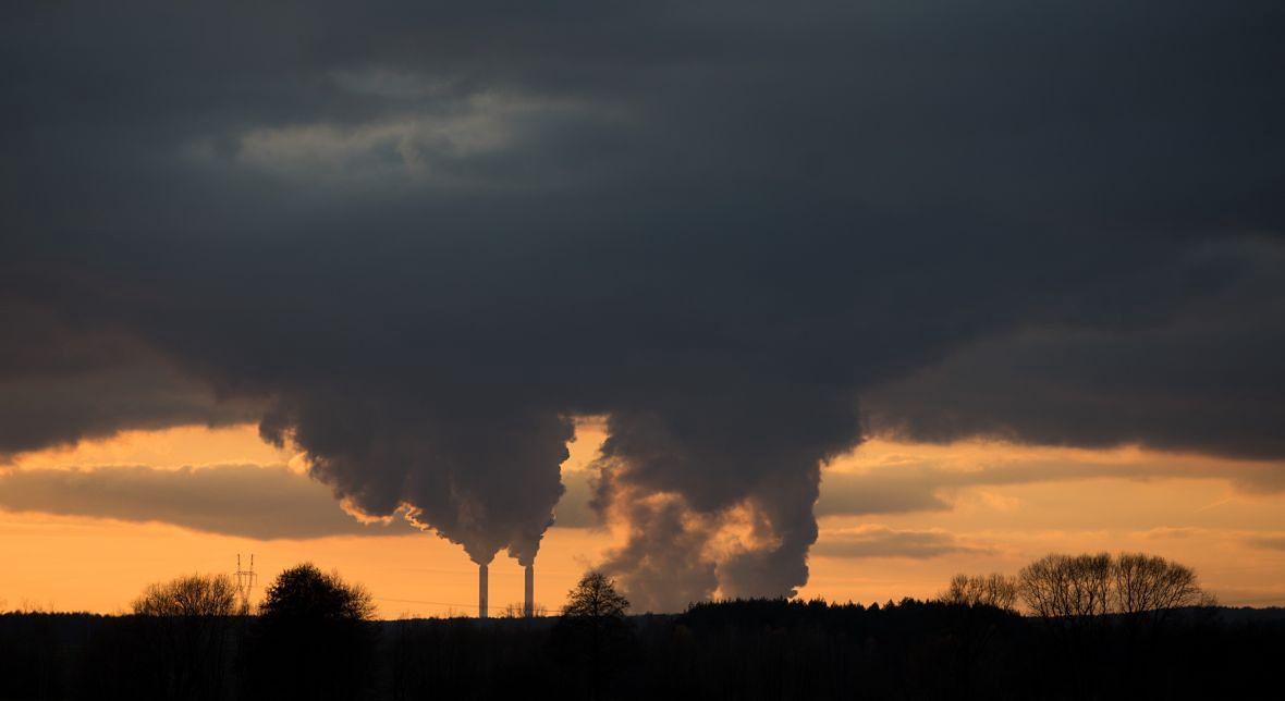 """Kacper Nosarzewski: """"Myślę, że najbardziej powinniśmy obawiać się skutków zmian klimatu. (...) Musimy wywierać wpływ na rządzących i przedsiębiorstwa, żeby podjęli realne działania, które odniosą skutek w przyszłości"""". Na zdjęciu: Elektrociepłownia Bełchatów"""