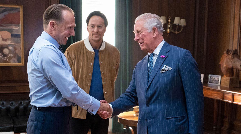 """Ralph Fiennes i książę Karol na planie 25. części Bonda """"Nie czas umierać"""""""
