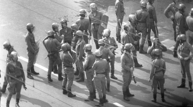 """Obchody Święta Pracy w stanie wojennym. Manifestacja """"Solidarności"""" w Nowej Hucie. Demonstrantów zaatakowały siły ZOMO. Kraków, 1 maja 1983 roku"""
