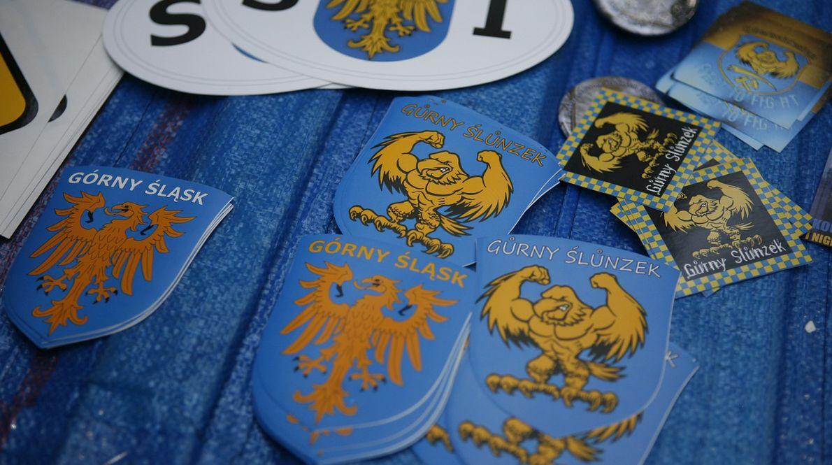 Rok 2009 - naszywki i naklejki dostępne na marszu na rzecz autonomii Śląska. 11 lat później niewiele zostało z ambicji autonomii regionu