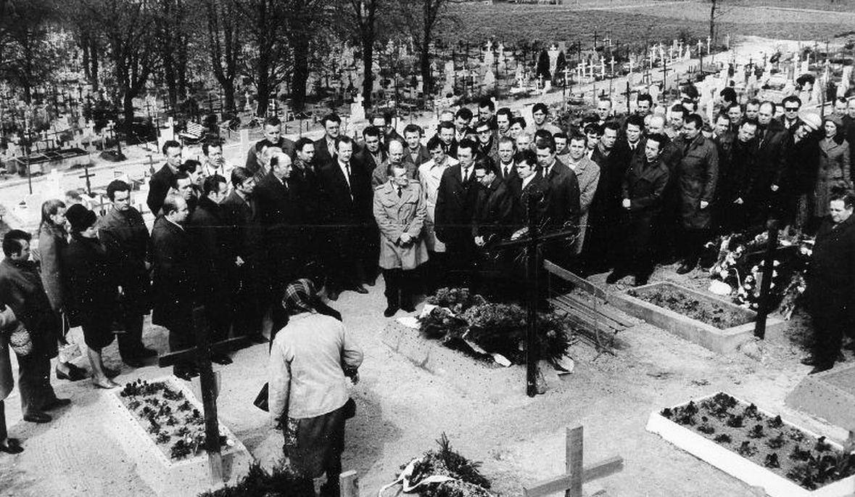 Gdańscy stoczniowcy przy grobach kolegów zabitych przez wojsko i milicję w Grudniu '70