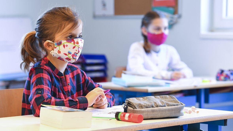 Do szkoły dzieci jadą w maseczkach komunikacją miejską. Dlaczego miałyby być zwolnione z tego obowiązku w szkole?