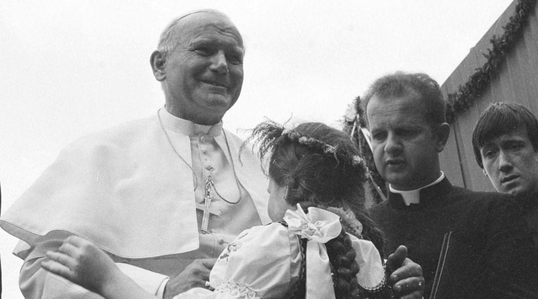 I pielgrzymka do Polski papieża Jana Pawła II. Ojciec Święty w sanktuarium Matki Boskiej Kalwaryjskiej. Przy nim ks. Stanisław Dziwisz. 7 czerwca 1979 roku