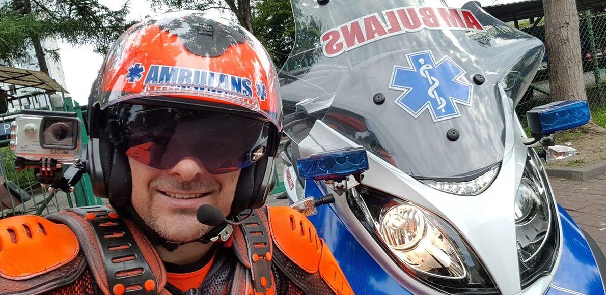 Marcin Borkowski po pracy wsiada na motoambulans i jeździ po Warszawie ratować ludzi