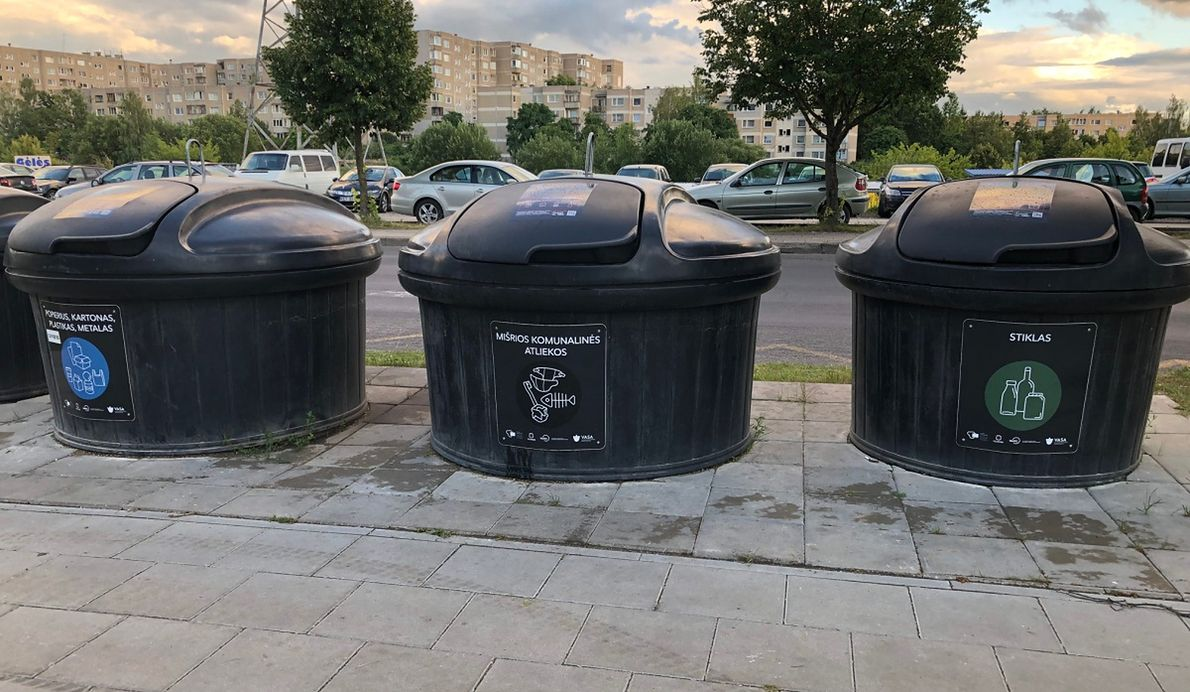 Ogromne kosze na posortowane śmieci są częścią wprowadzonego przez Litwę systemu