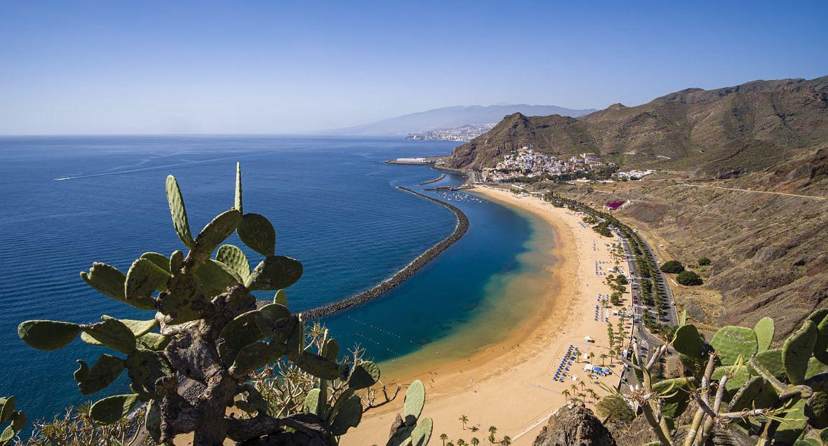 """Na Wyspy Kanaryjskie zostaną latem wysłani pierwsi turyści ze specjalnym cyfrowym paszportem medycznym """"COVID free"""". Na zdjęciu: Teneryfa"""