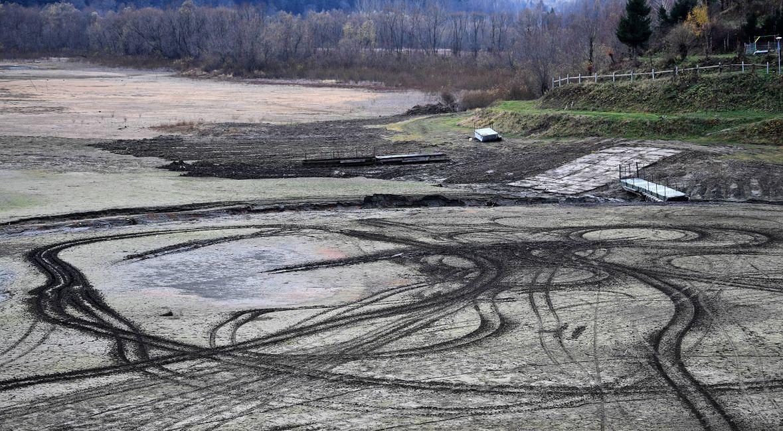 Zalew Wołkowyja. Poziom wody jest niższy od wieloletniej średniej o 4 metry. Rok 2018