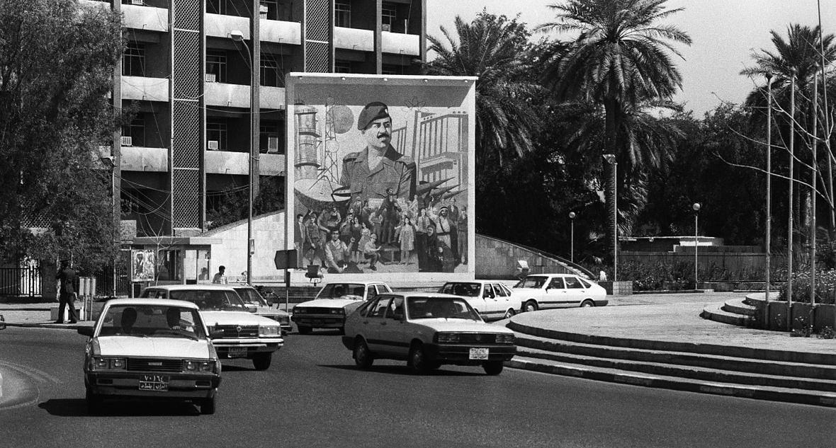 Bagdad, 1 kwietnia 1989 roku. W tle obraz prezydenta Saddama Husajna
