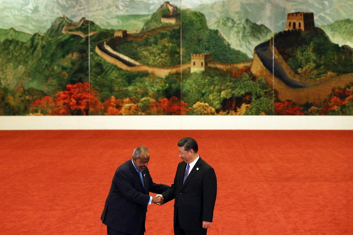 Wrzesień 2018 r. Prezydent Dżibuti Ismail Omar Guelleh ściska dłoń prezydenta Chin Xi Jinpinga podczas pekińskiego Forum Współpracy Chińsko-Afrykańskiej