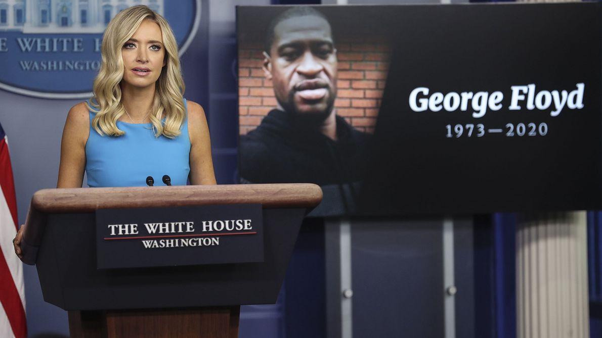 Waszyngton. Rzeczniczka prasowa Białego Domu Kayleigh McEnany w czasie konferencji dla mediów