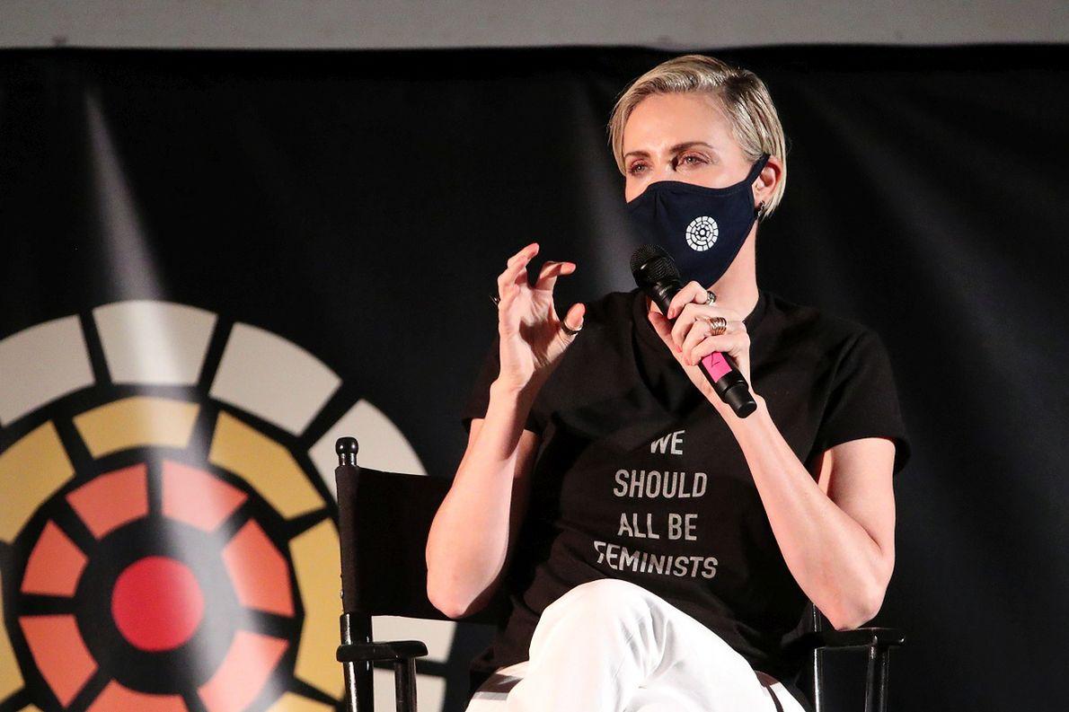 """Charlize Theron na pokazie filmu """"Mad Max: Fury Road"""" w kinie samochodowym"""