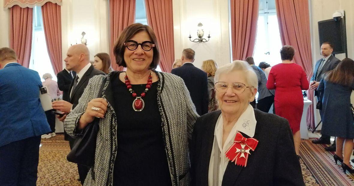 Zofia Hołub (z prawej) po otrzymaniu Orderu Odrodzenia Polski z Anną Azari, ambasador Izraela