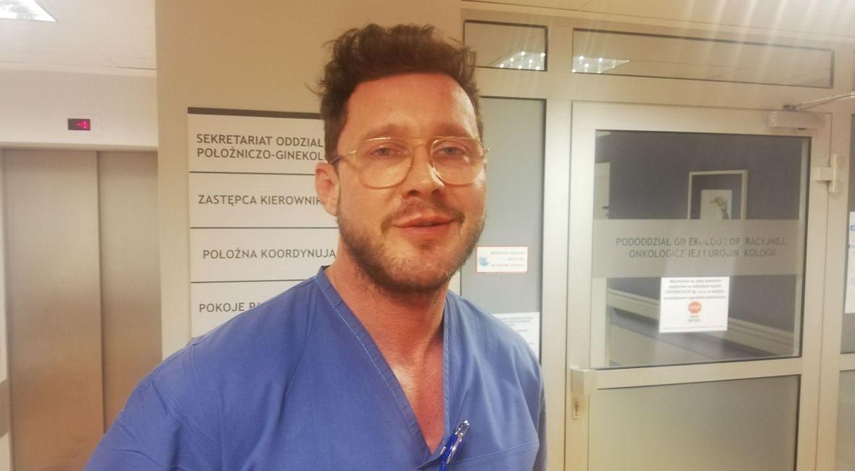 """Dr Maciej Socha: - To ja operuję pacjentki z rakami i to ja jestem tym gejem, który """"odbiera Polakom dzieci"""", czyli przyjmuje je na świat. Nie zamierzam być lekarzem niewidzialnym"""