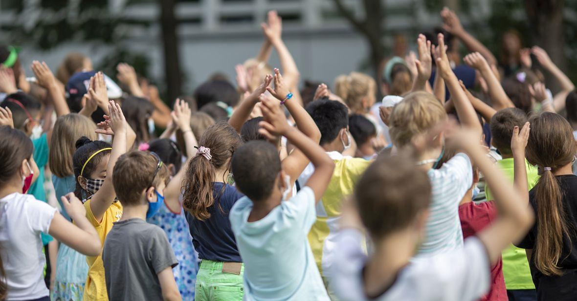 Badania prowadzone na społecznościach szkolnych w Korei Południowej wskazują, że relatywnie bezpieczny poziom transmisji to około 1 nowe zachorowanie na milion mieszkańców (obecnie w Polsce mamy mniej więcej 16 nowych przypadków na milion)