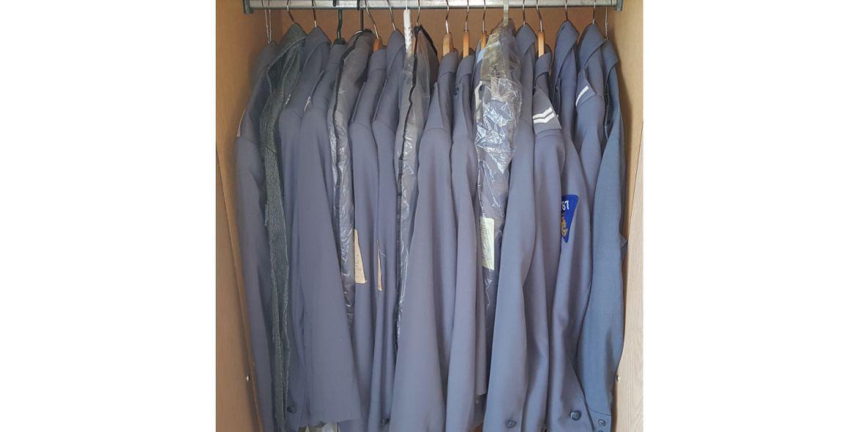 Szafa z mundurami, które Tomasz kupił od byłych funkcjonariuszy