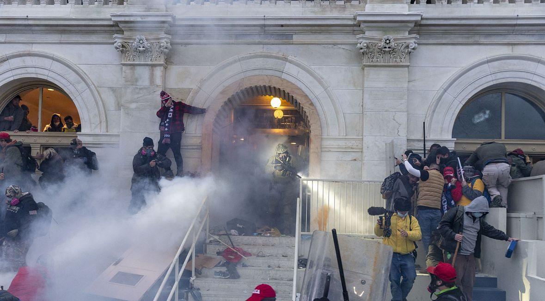 Policji tylko przez chwilę udało się powstrzymać ludzi nacierających na Kapitol...