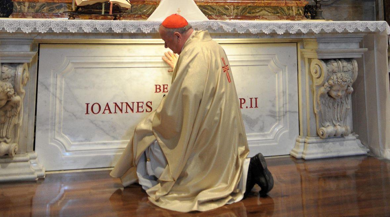 Kardynał Stanisław Dziwisz przy grobie Jana Pawła II. Watykan, 03 maja 2011 roku