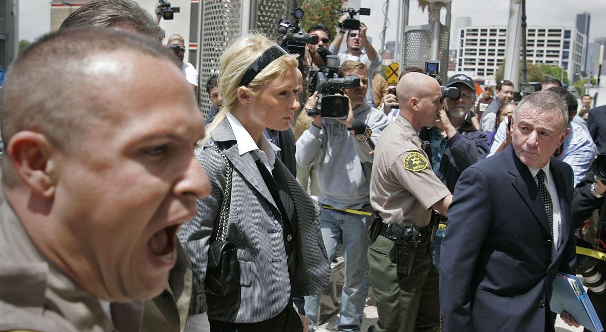 4 maja 2007 roku. Paris Hilton idzie do sądu miejskiego w Los Angeles, który skaże ją na 45 dni więzienia za naruszenie zakazu prowadzenia samochodu. Niespełna rok wcześniej celebrytka prowadziła pod wpływem alkoholu