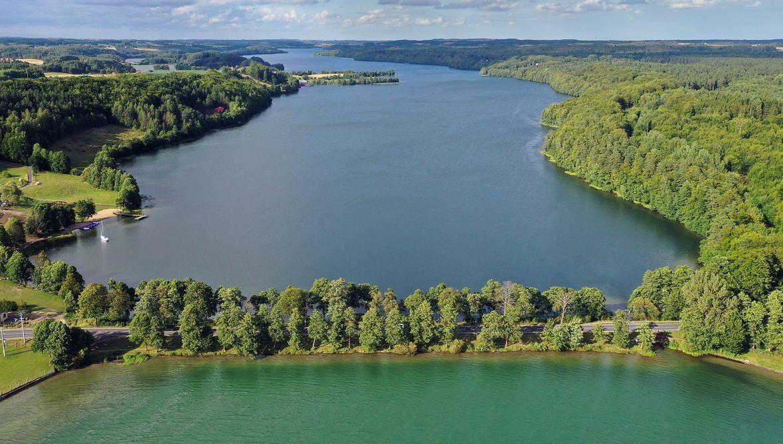 Brama Kaszubska nad jeziorami Raduńskie Dolne oraz Raduńskie Górne. Widok od strony Borucina. Lipiec 2020 roku