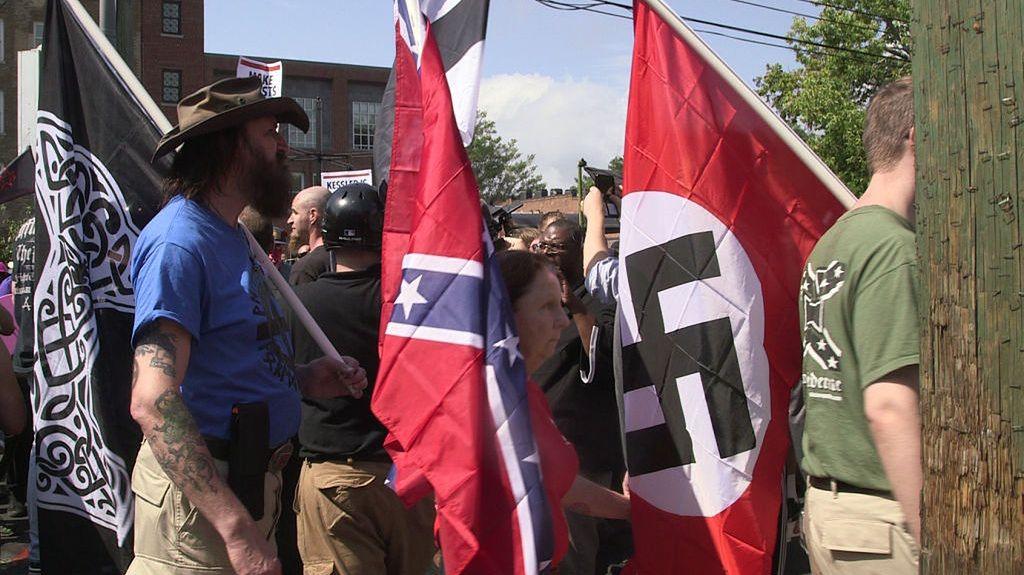 12 sierpnia 2017, Charlottesville, Virginia. Marsz rasistów i neonazistów z flagami III Rzeszy i tzw. flagami konfederacji