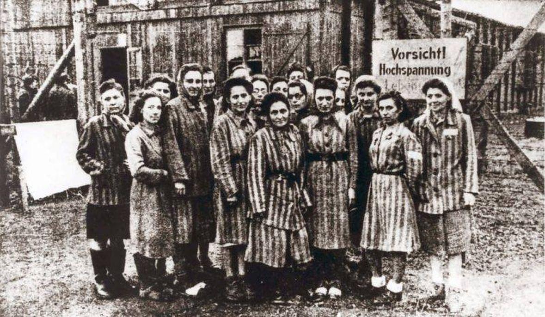 Więźniarki obozu koncentracyjnego. Rok 1945